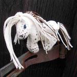 weißes Magnetpferdchen mit braunen Tupfen