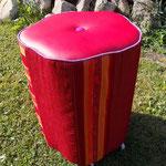 rollender Hocker in Rot-Violett-Tönen