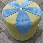 grüner Upcycling-Kabeltrommelhocker mit applizierter blauer Blüte und Schackbrettmuster-Knopf, Sitzhöhe: 45 cm