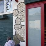 die Mosaiksteine werden angebracht