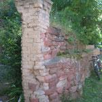03.07.2004, rechte Torhälfte vor der Sanierung. Das verrostete Eingangstor wurde gesichert, um es vor weiterer Verwitterung zu schützen.