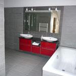 Badewanne und Doppelwaschtisch mit grossem Spiegel im oberen Bad