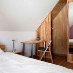 Schlafzimmer im OG (SO) mit Balkonzugang