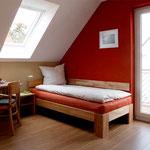 Schlafzimmer im OG (NO) mit Einzelbetten und TV