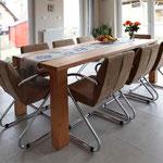 der grosse Esstisch mit bequemen Stühlen