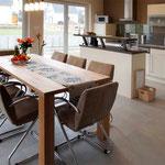 grosser Esstisch mit integrierter Küche