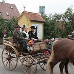 Der SChrannenwagen mit den marktgerecht gekleideten Bauersleuten