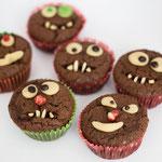 Schokomuffins dekoriert als Monstermuffins - Rezepte für Kinderparty und Kindergeburtstag