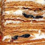 Торт медовый  с черносливом и грецкими орехами
