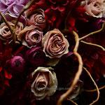 花束:枝を使った立体感のあるブーケ風花束。