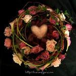 アレンジメント:ご結婚祝いに。お二人の幸せが永遠に続く…というイメージで、お花を時計周りに入れています。