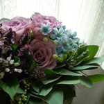 アレンジメント:受賞のお祝いに。お受け取りになる方のイメージカラーのブルー系のお花を集めて。