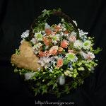 アレンジメント:小花を集めてナチュラルに。ハートがポイントになっています。