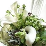 花束:白とグリーンのお花を集めてナチュラルな雰囲気に。(ブーケタイプ)