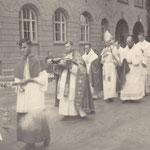 2.7.1939 Kirchweihe: dreimaliges Umrunden der Kirche in Prozession
