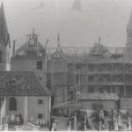 Leitgebschule im Bau, links die alte Kirche mit Friedhof, rechts die neue Kirche, ca. 1909