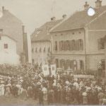 Fronleichnamsprozession in Pradl, ca. 1910, rechts das alte Pfarrhaus