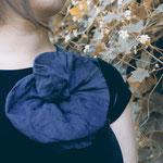 Etuikleid mit austauschbaren Accessoires – hier mit Ansteckblume