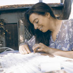 Géraldine bei der Arbeit: Tüllstickerei wird an ein Kleid per Hand angestichelt und harmonisch angepasst