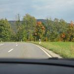 In Bayern sind die Wege häufig weit. Da kann sich glücklich schätzen, wer der Beifahrer ist, denn dann kann man während der Fahrt bereits die Natur genießen.