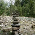 Foto. Helmut Warta -------------------- Die Steinmännchen an der Breitach