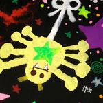 黄色い蜘蛛の横には「救」の文字が