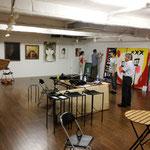 美楽舎「マイコレ展」の搬入風景。右手に太田さんとロッカクさんの襖絵