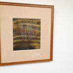 ちょうと反対面に展示されていた草間彌生さんの作品に映る太田さんの襖絵