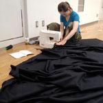 直線縫いとはいえズレると大変なことになるので、慎重に縫い合わせる太田さん。いい作家さんは、細かい作業が丁寧♪
