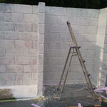 ブロック塀は吸い込みが良いので、何度も塗らないと下地が仕上がりません(><)/