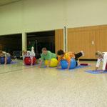 Übung mit kleinem Gerät - hier gern genommen der Gymnastikball