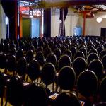 Geschafft! 400 Stühle wurden im großen Saal aufgestellt