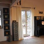 Jedes richtige Atelier braucht auch ein Klavier - wo sollte man sonst sein Weinglas abstellen?