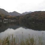 四尾連湖(前方奥.蛾ヶ岳)