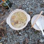 駐車場で昼食(鍋焼きうどん・具はムキタケ、ヒラタケ、ブナシメジ、揚げ玉)