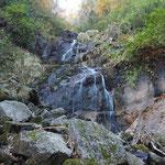 護摩滝(滝にロープがあるが、右手の巻き道を行く)