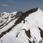 北側(右)にオキの耳・空身で行く  奥に一ノ倉岳・茂倉岳