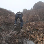 若者がクサリに取り付く  西峰へ向う最初のクサリ場(三点支持で登れました)