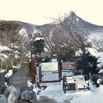 登山口(奥に冠ヶ岳)