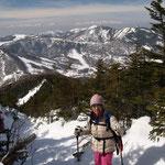 篭ノ登山・湯の丸山・とがった形の烏帽子岳  遠くに北アルプス