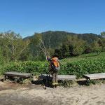 峠のベンチ(向こうは於呂倶羅山)