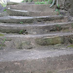 〇百年歩かれて減った石段を補修