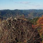 見晴らしのいい岩の上に立つ・薄っすら富士山が見えた(写真には写らないくらい)