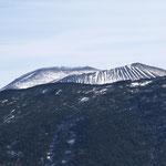奥に縞模様の浅間山