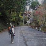 正面の一石山神社の階段を登り左へ(建物の裏側に登山道)