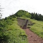 もう一踏ん張り・階段の途中鳥居峠への分岐アリ