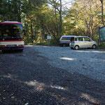 登山者約20人を乗せて来た貸切バス
