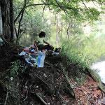 湖畔で昼食
