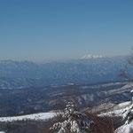 遠くに木曽御嶽山
