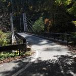 橋を渡ればすぐ駐車場